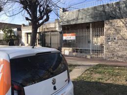 Casa dos dormitorios Av Sorrento con cochera - Sarmiento