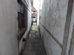 Foto Casa en Venta en  Castelar,  Moron  Luis Marío Drago al 3200