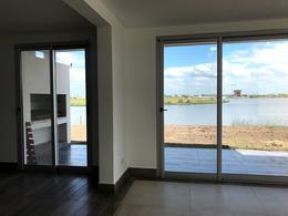 Foto Casa en Venta en  Countries/B.Cerrado (Escobar),  Escobar  Importante casa sobre el lago en Muelles