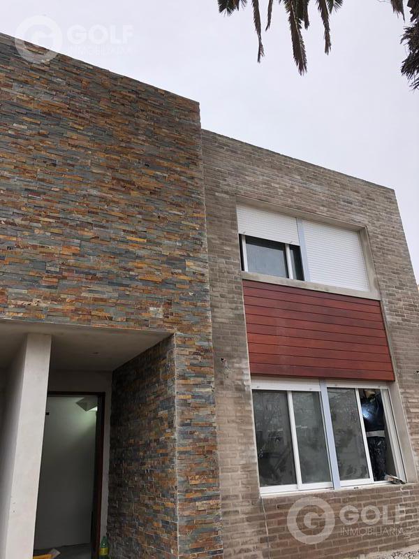 Foto Casa en Venta en  Carrasco ,  Montevideo  Casa en propiedad horizontal, 3 dormitorios, patio con parrilllero, cocheras
