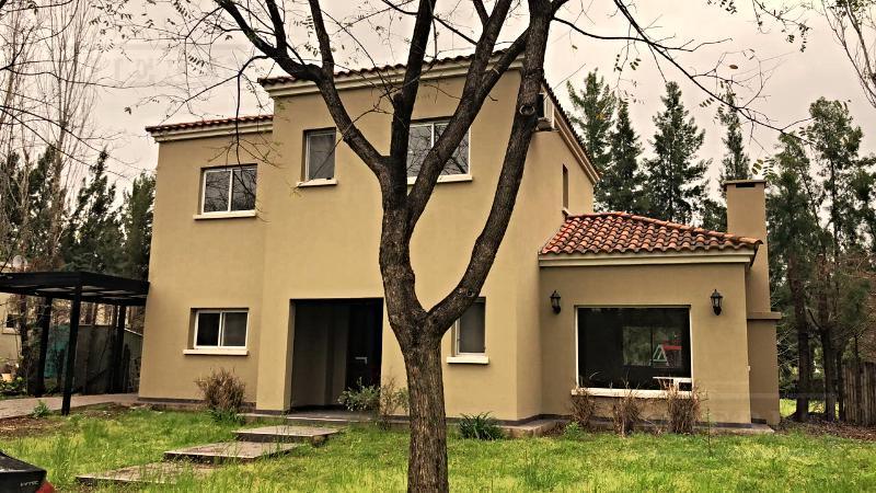 Muy linda casa desarrollada en dos plantas en el barrio Santa Clara!!