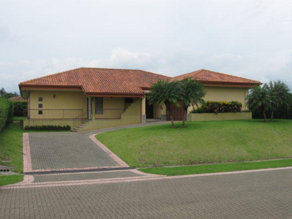 Foto Casa en condominio en Renta |  en  Guacima,  Alajuela  CASA DE UNA PLANTA EN HACIENDA LOS REYES LA GUACIMA ALAJUELA.