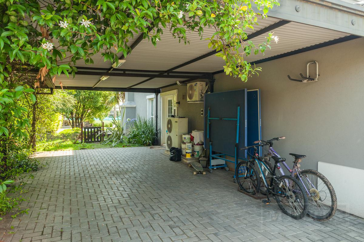 Casa de 300 mts cub y 40 mts semicub en Estancias del Pilar Champagnat
