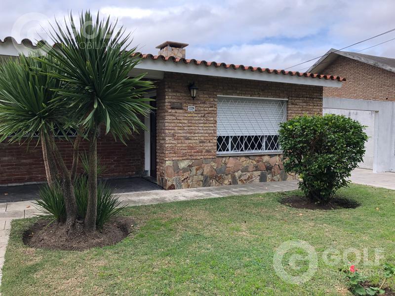 Foto Casa en Alquiler en  Punta Gorda ,  Montevideo  Casa de 2 dormitorios con cochera y jardín