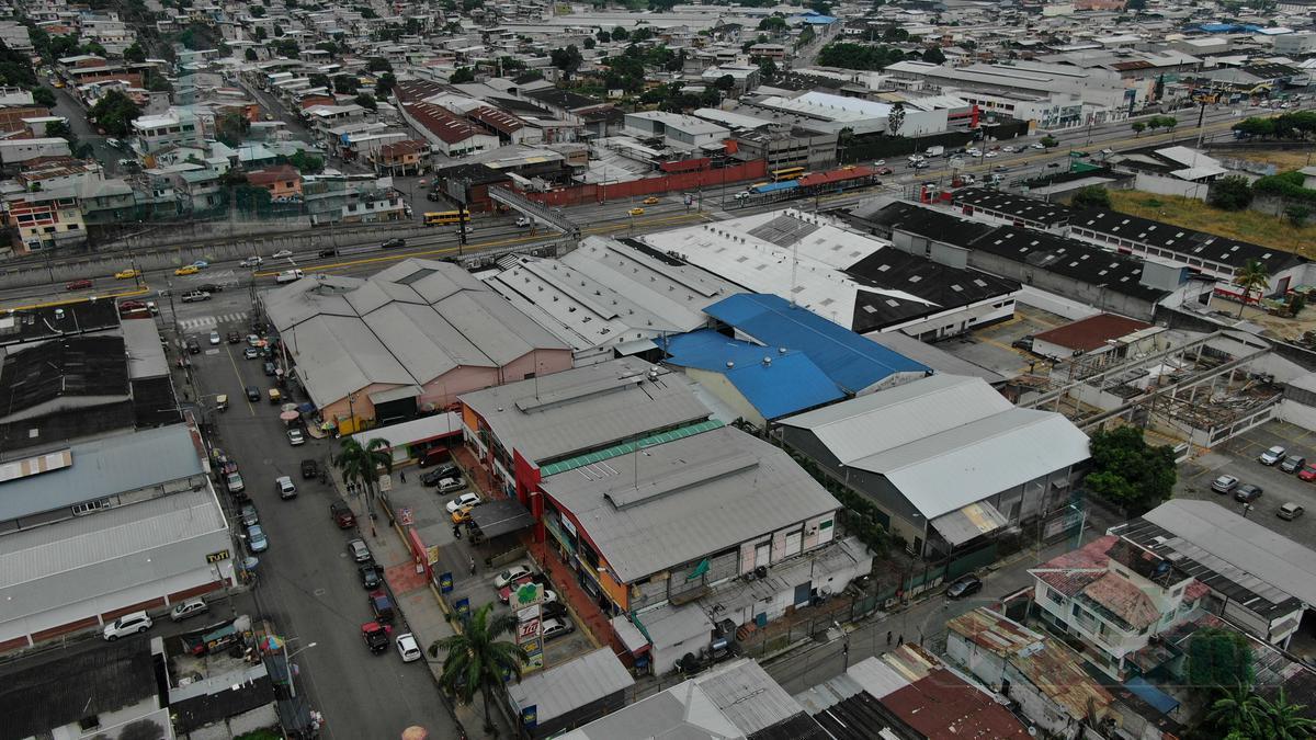 Foto Local en Venta en  Norte de Guayaquil,  Guayaquil  VENTA DE CENTRO COMERCIAL VIA DAULE