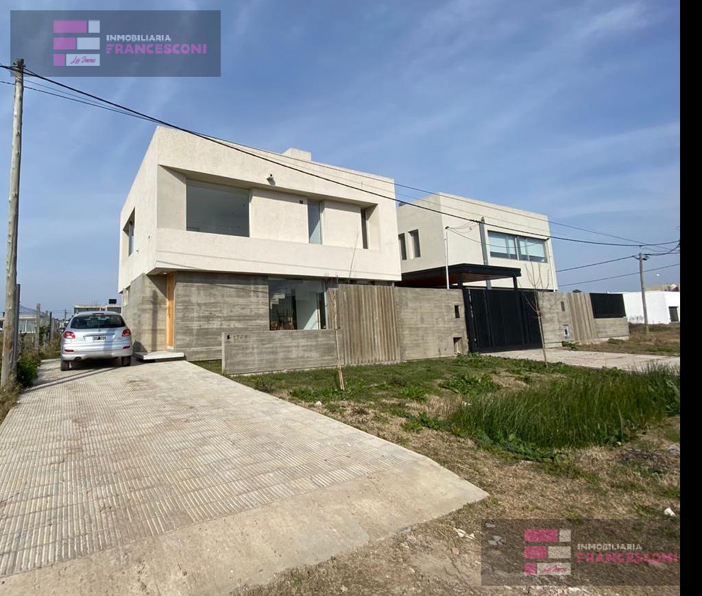 Foto Casa en Venta en  City Bell,  La Plata  459 9 y 10