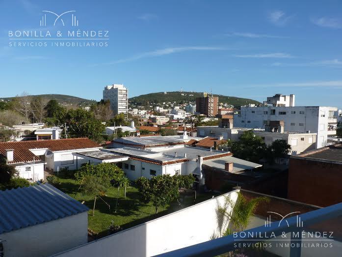 Foto Departamento en Alquiler | Alquiler temporario en  Centro,  Piriápolis  Cómodo apartamento en el tercer piso del edificio Portofino  renta por fin de semana