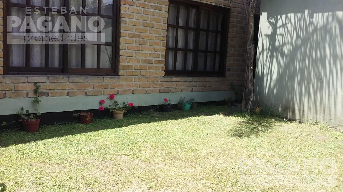 Foto Casa en Alquiler en  Lisandro Olmos Etcheverry,  La Plata  216 e/ 41 y 42