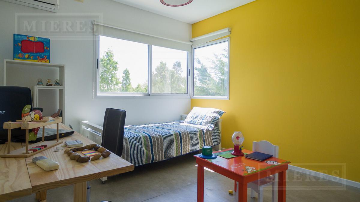 Moderna casa en el Barrio La Laguna