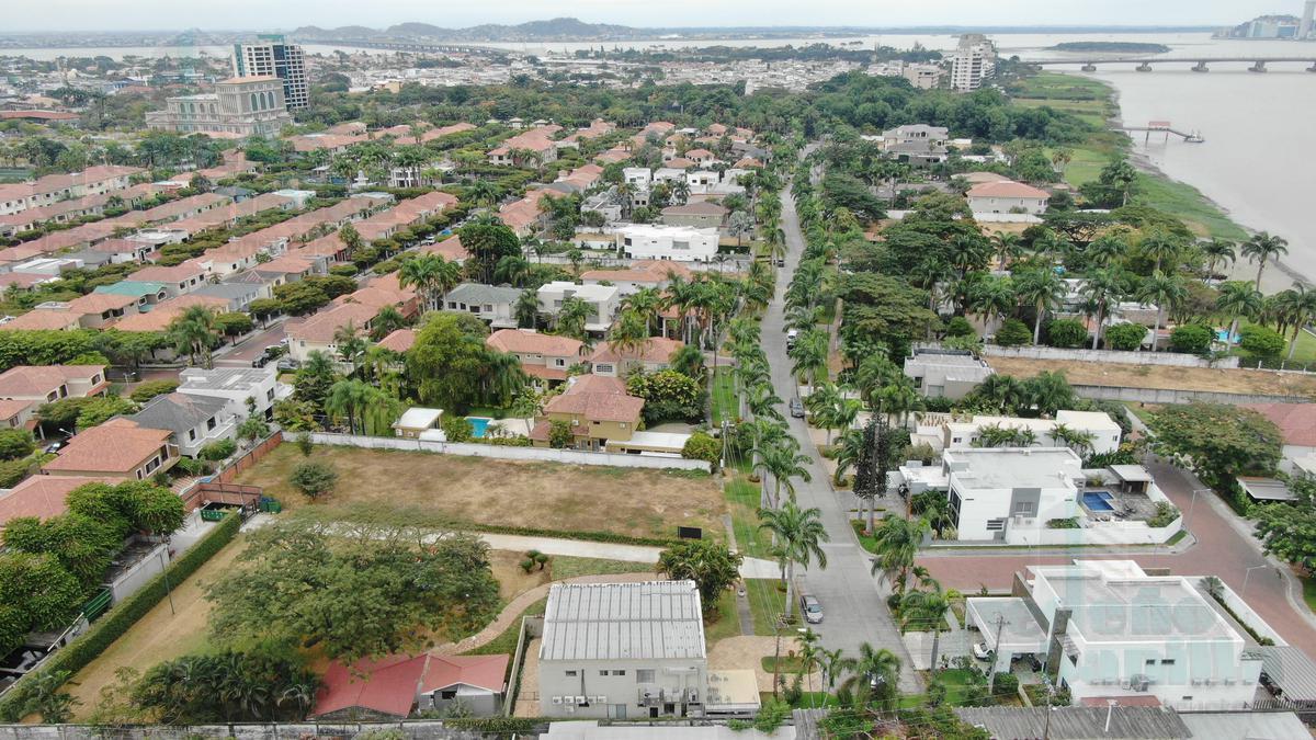 Foto Terreno en Venta en  Samborondón ,  Guayas  VENTA DE TERRENO BIFAMILIAR CON VISTA AL RIO VIA SAMBORONDÓN