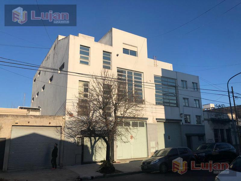Foto Galpón en Alquiler en  Mataderos ,  Capital Federal  Guamini 2300, Galpón de 1170 m2 en tres plantas, doble frente, totalmente equipado con 300 m2 de oficinas, vestuarios y cocina.