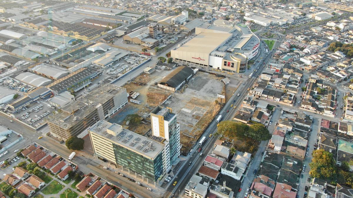 Foto Terreno en Venta    en  Norte de Guayaquil,  Guayaquil  VENTA DE TERRENO COMERCIAL A 4 CALLES EN ZONA CITY MALL