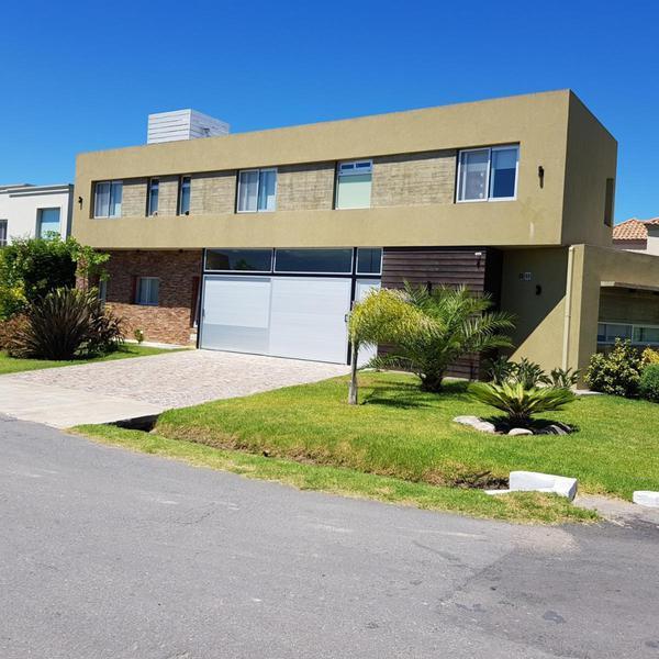 Foto Casa en Venta en  Barrio Privado Los Troncos,  Berazategui  Calle 151 294