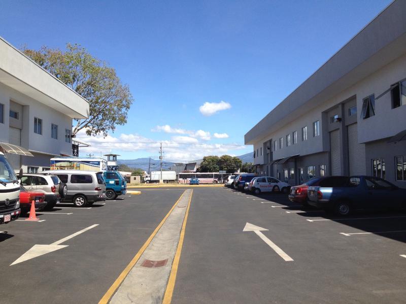 Foto Bodega Industrial en Renta en  Santa Rosa,  Santo Domingo  Ofibodega en alquiler en Heredia.