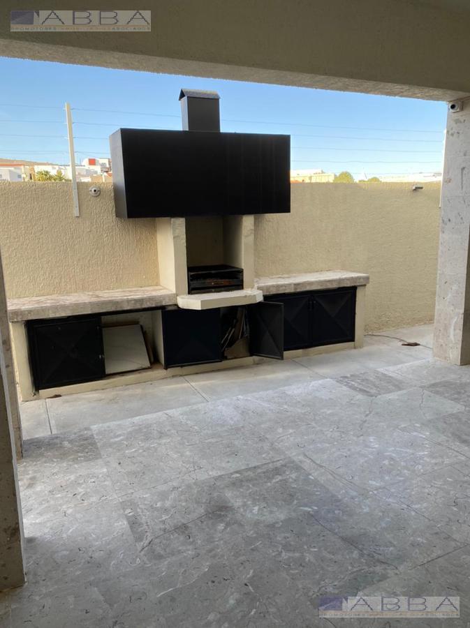 Foto Casa en Venta en  Chihuahua ,  Chihuahua  Casa en Venta con Alberca Techada en Puerta de Hierro