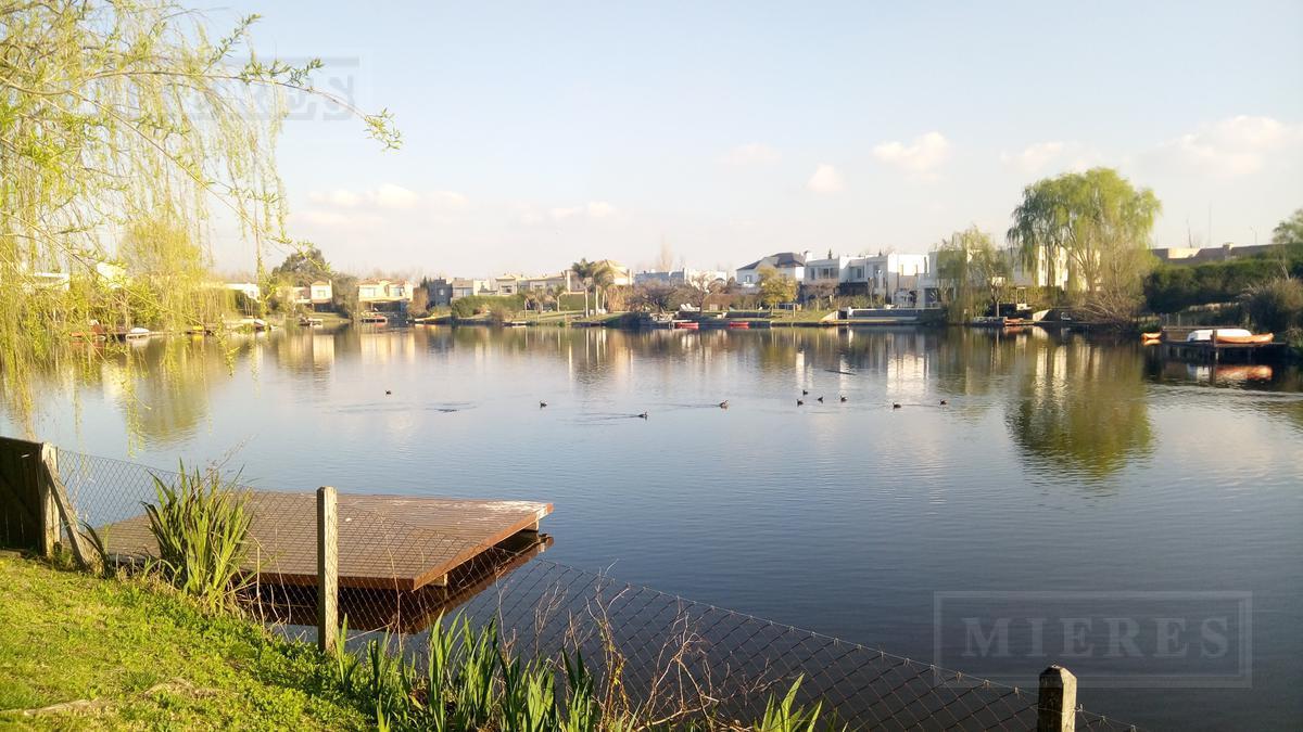Casa al agua en el Barrio La Laguna