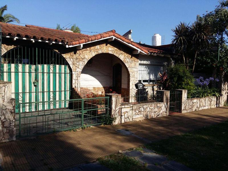 Foto Casa en Venta |  en  Castelar,  Moron  Tebicuary 2100