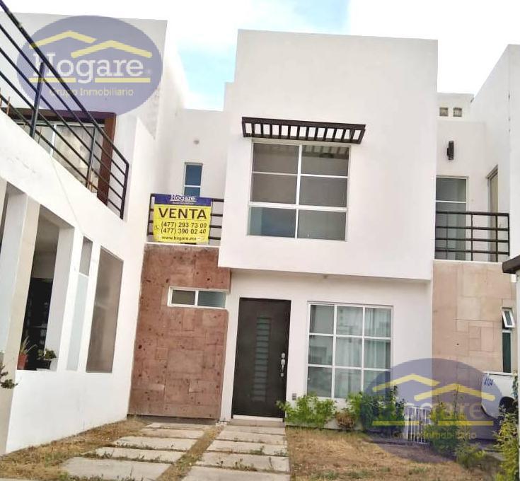 Casa en Venta como nueva dentro de privada con alberca en Loreto Residencial en León, Gto.