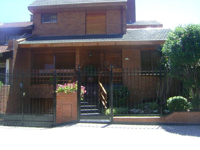 Foto Casa en Venta    en  Castelar,  Moron  PEDRO GOYENA entre  y