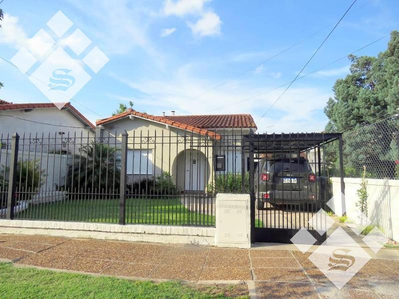 Foto Casa en Venta en  Castelar,  Moron  Larralde 1700