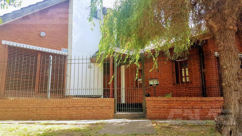Foto Casa en Venta en  Ituzaingó ,  G.B.A. Zona Oeste  alberti al 1000