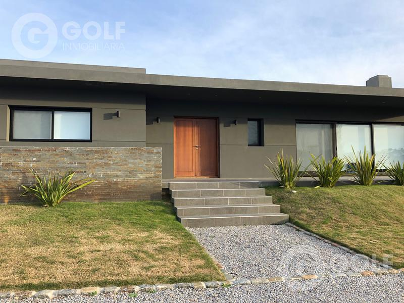 Foto Casa en Venta en  Countries/B.Cerrado (Carrasco) ,  Canelones  Lomas de La Tahona- casa de 4 dormitorios y servicio, piscina, parrillero