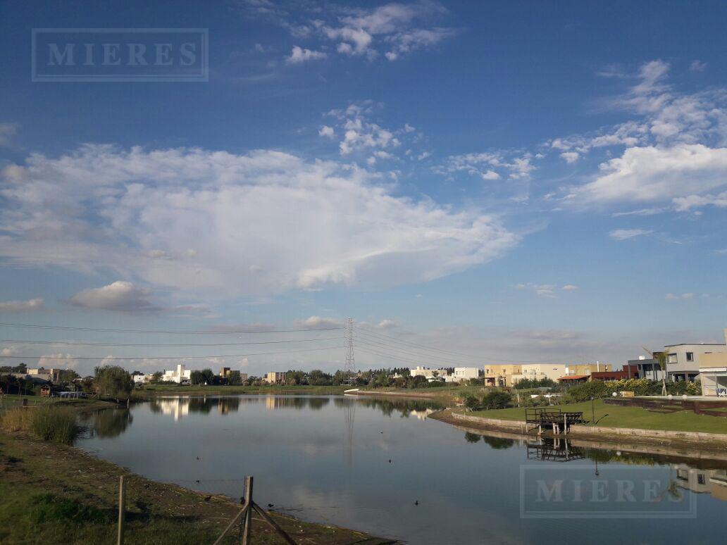 Hermosa casa sobre lote muy amplio a la laguna en el barrio cerrado San Benito!! Excelente Orientacion: Noreste!