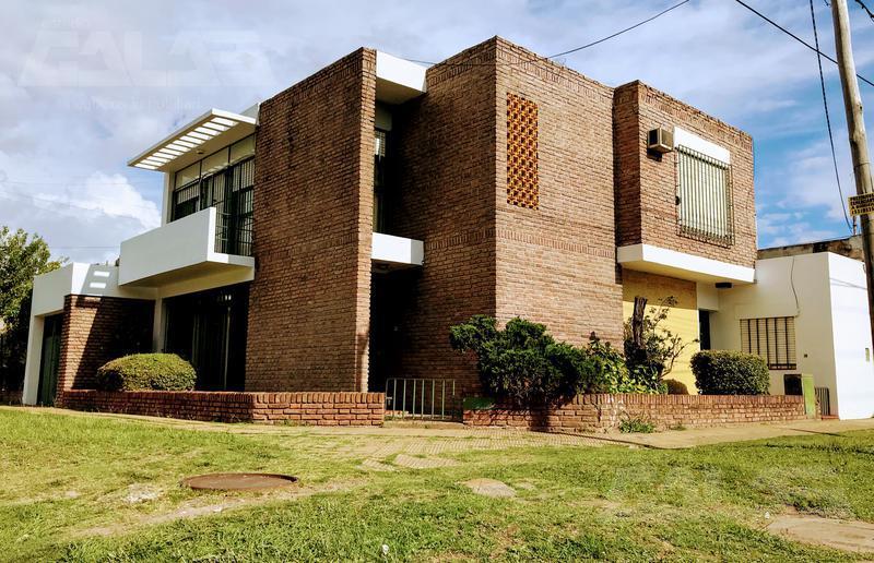 Foto Casa en Venta en  Castelar,  Moron  Blas Parera al 700