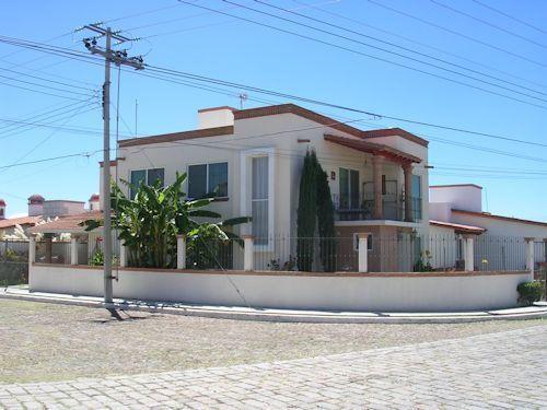 Foto Casa en Renta en  Fraccionamiento Residencial Haciendas de Tequisquiapan,  Tequisquiapan  En esquina, fraccionamiento con plusvalía.