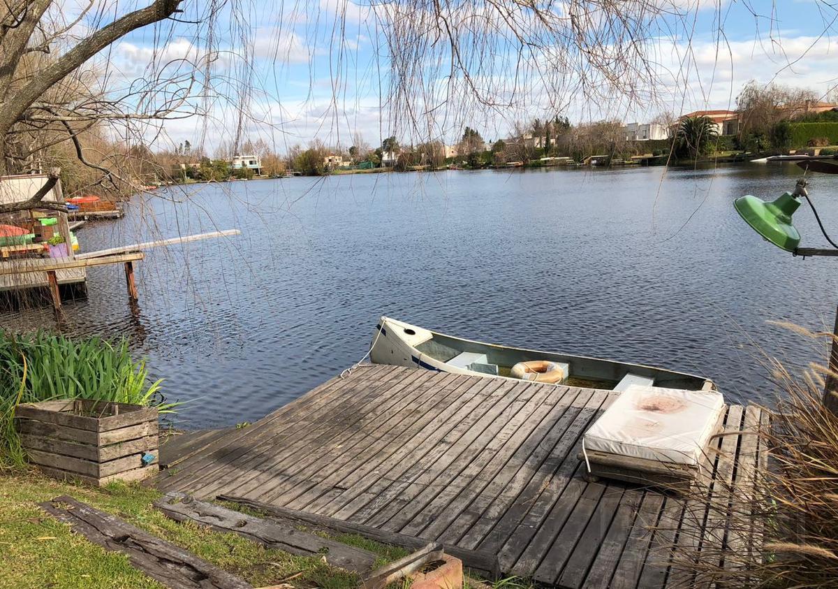 Casa en venta  a la laguna en el barrio Los Ombues