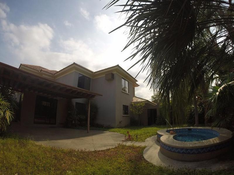 Foto Casa en Venta en  Samborondón,  Guayaquil  VENTA DE VILLA  EN EL KM 7 VIA A SAMBORONDON