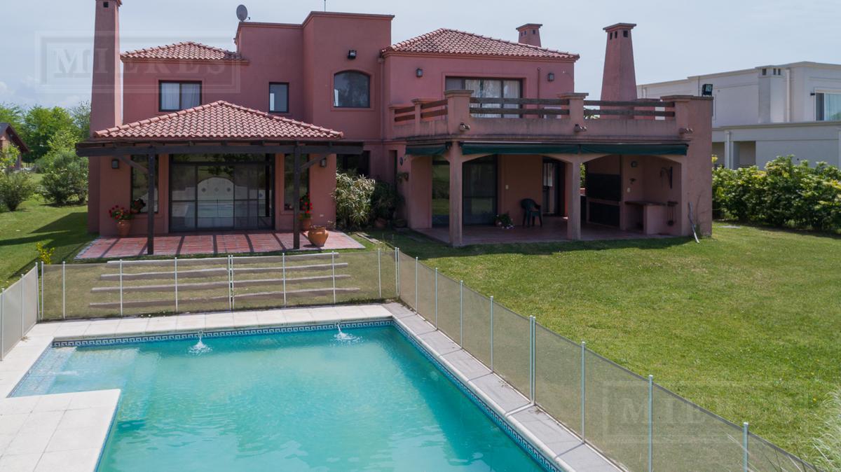 Casa de 315 mts cub y 28 mts semicub en Estancias Golf