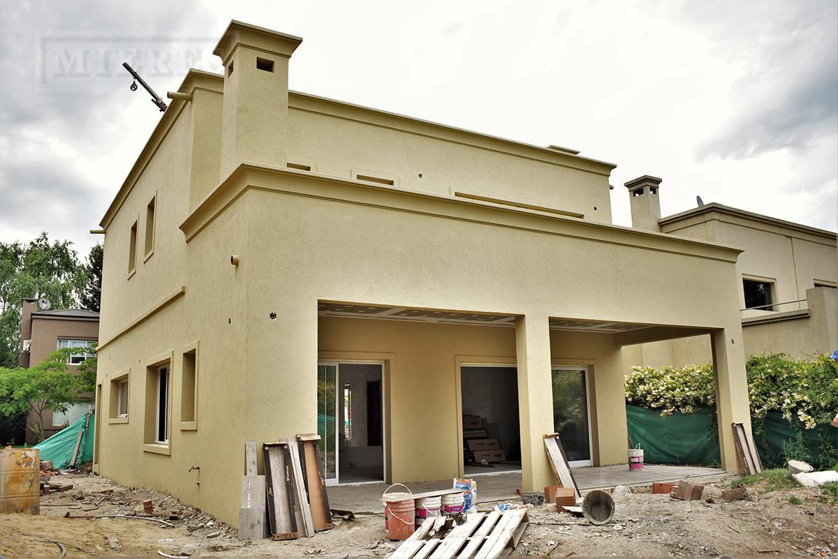 Casa de 180 mts cub y 30 mts semicub en Las Orquideas