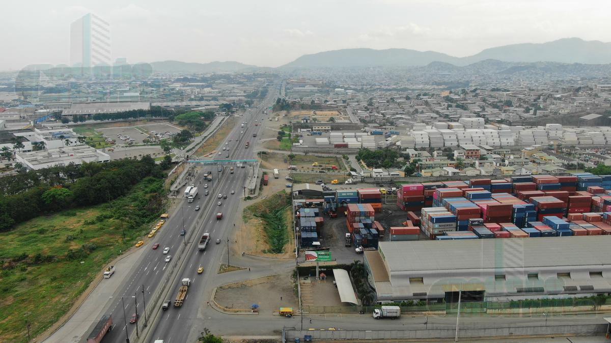 Foto Bodega en Venta en  Norte de Guayaquil,  Guayaquil  VENTA DE BODEGA CON OFICINAS VÍA PERIMETRAL