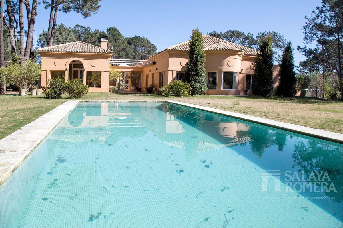 Foto Casa en Venta en  La Barra ,  Maldonado  VENTA:  Excelente casa construida sobre doble terreno en esquina de 9800 m2. Muy buena ubicación! A pocas cuadras de la playa.