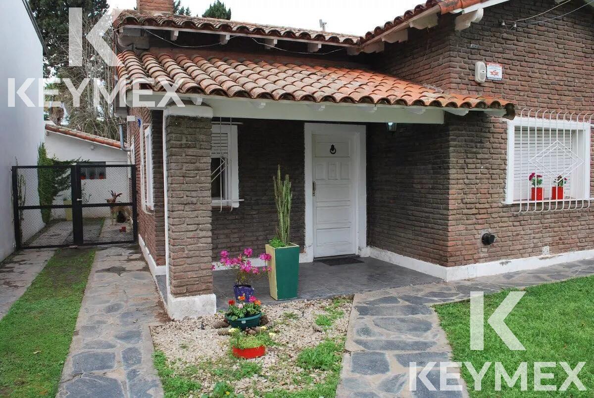 Foto Casa en Venta en  Manuel B Gonnet,  La Plata  Casa 23 esquina 495
