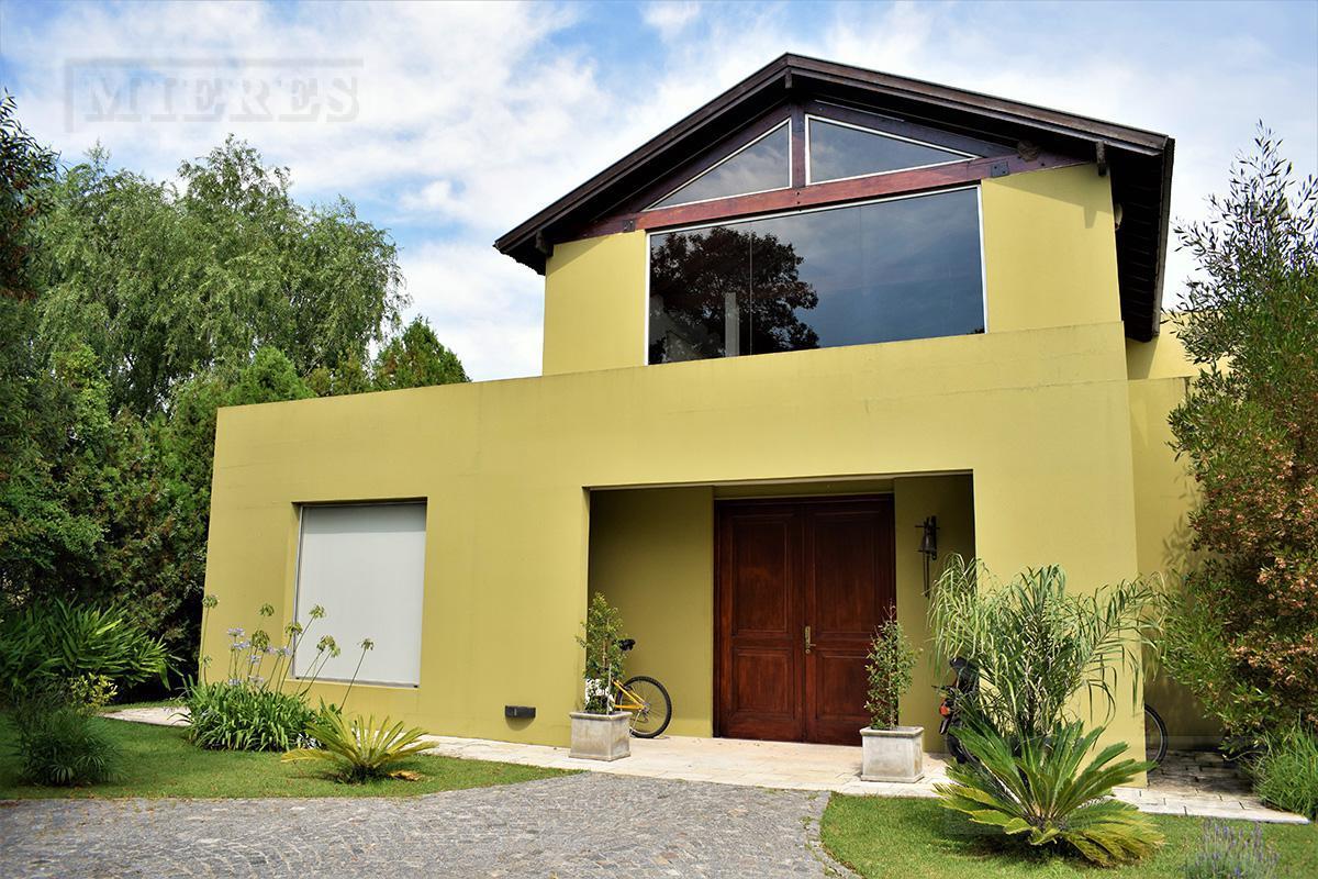 Casa de 373 mts cub y 9 mts semicub en Estancias del Pilar