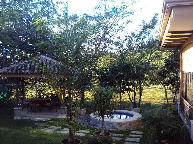 Foto Casa en Venta | Renta en  Guacima,  Alajuela  HERMOSA RESIDENCIA SEMINUEVA EN HACIENDA LOS REYES, CONSTRUIDA EN UNA PLANTA, ZONA ARBOLADA, PRECIOSA,,, ESTILO COLONIAL