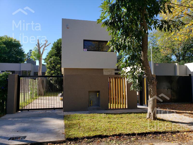 Foto Casa en Venta en  City Bell,  La Plata  Calle 453 entre 21c y 21d