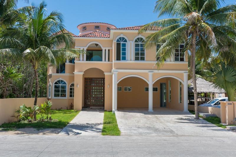 Foto Casa en Venta en  Playa del Carmen,  Solidaridad  Venta lujosa mansion con muelle para Yate Puerto Aventuras P2357
