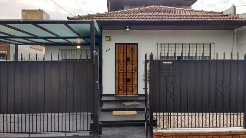 Foto Casa en Venta en  Monte Grande,  Esteban Echeverria  Almirante Brown 888