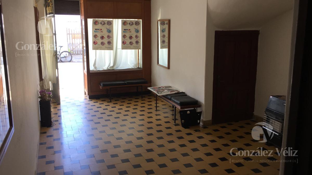 Foto Local en Alquiler en  Carmelo ,  Colonia  Hermoso Local en calle Uruguay entre 18 de julio y Treinta y Tres