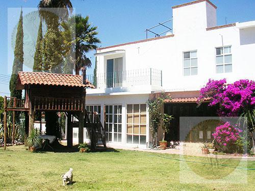 Foto Casa en Venta en  Fraccionamiento Los Viñedos,  Tequisquiapan  Fraccionamiento cerrado, amplio jardín