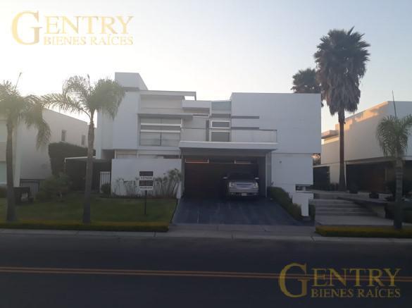 Foto Casa en Venta en  Fraccionamiento El Campanario,  Querétaro  Residencia Minimalista en Venta