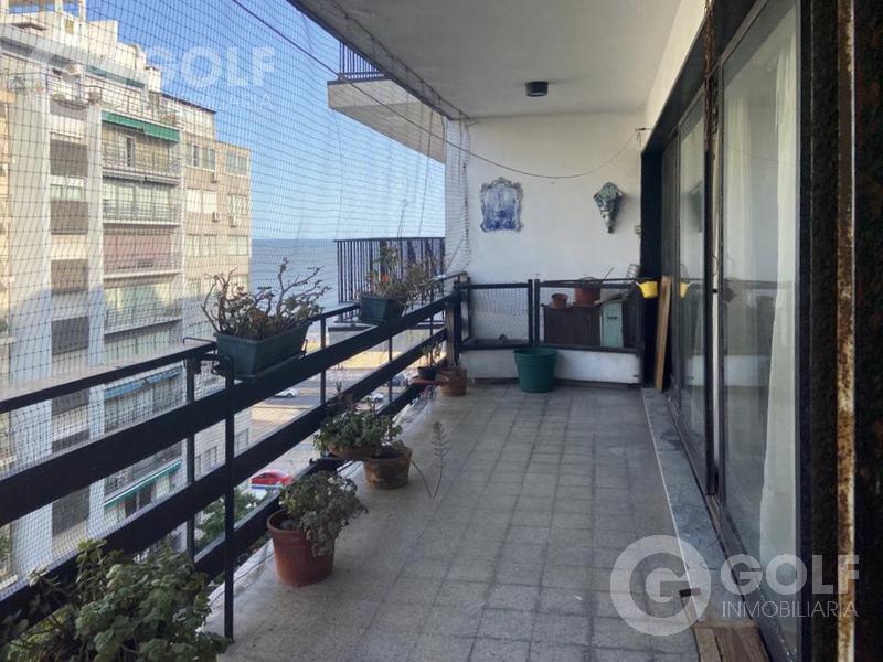 Foto Departamento en Venta en  Pocitos ,  Montevideo  3 dormitorios y servicio, garaje para un auto, una unidad por piso