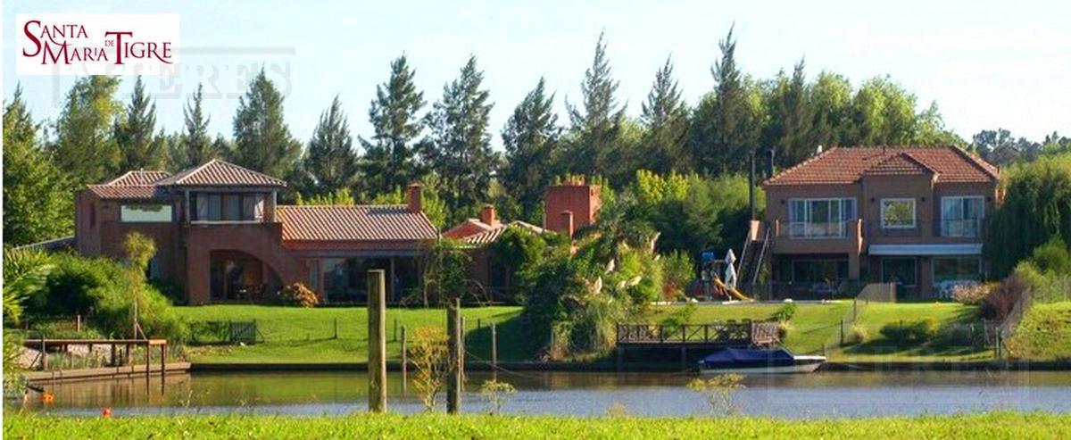 Hermosa casa ubicada en el barrio Santa María de Tigre con salida a la Laguna, muelle y playa de arena.
