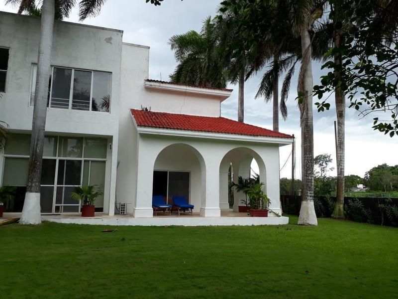 Foto Casa en condominio en Venta |  en  Club de Golf La Ceiba,  Mérida  Se Vende Casa en la Ceiba con gran jardín, piscina y vista al campo