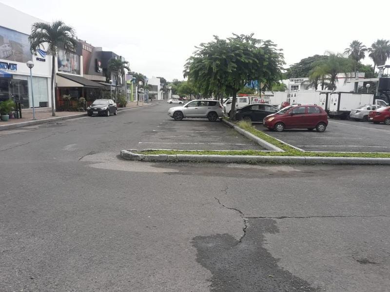 Foto Local en Venta en  Norte de Guayaquil,  Guayaquil  SE VENDE EDIFICIO PARA OFICINAS CON GRAN NÚMERO DE PARQUEOS