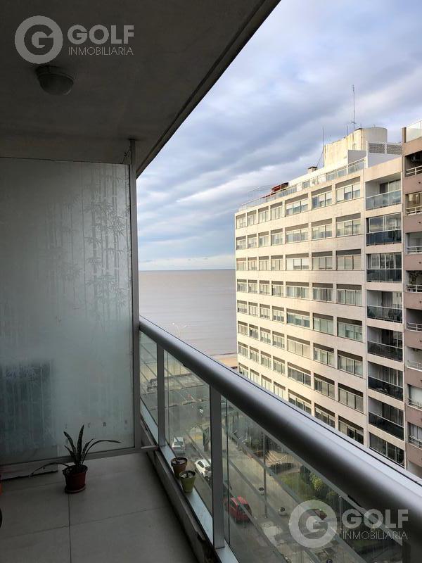 Foto Departamento en Venta en  Pocitos ,  Montevideo  2 dormitorios con garaje, vista lateral hacia el mar. Se vende con renta.