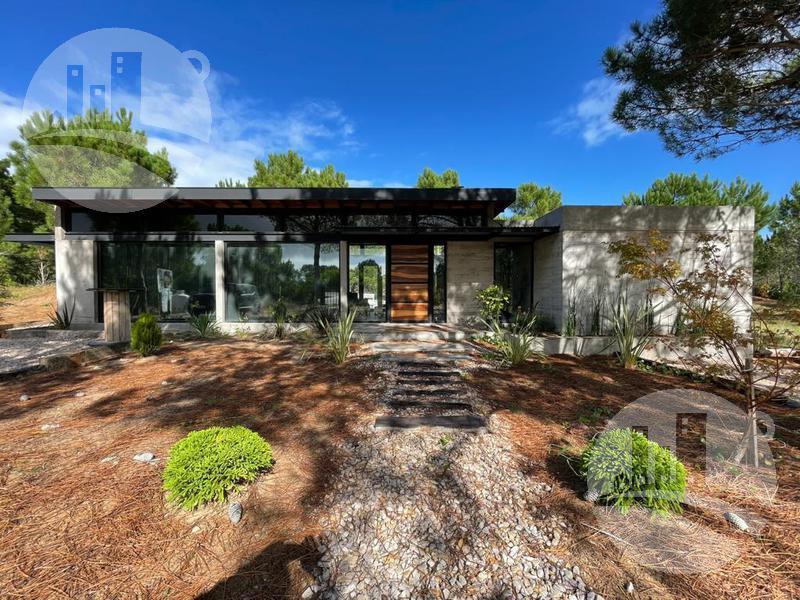 Foto Casa en Venta en  Pinamar ,  Costa Atlantica  Hermosa casa 186 Mts2 / Villa Robles